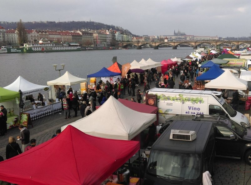 christmas market naplavka prague 803x592