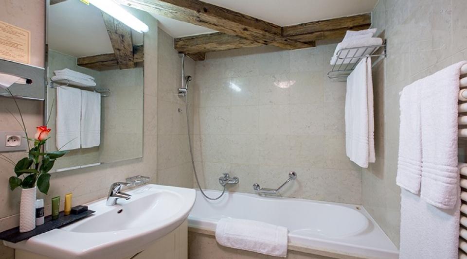 the_nicholas_hotel_prague_bathroom_800x533