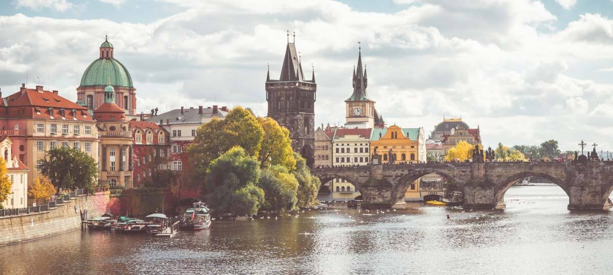 charles-bridge-and-vltava-river-in-sunny-prague-opt-1200×540